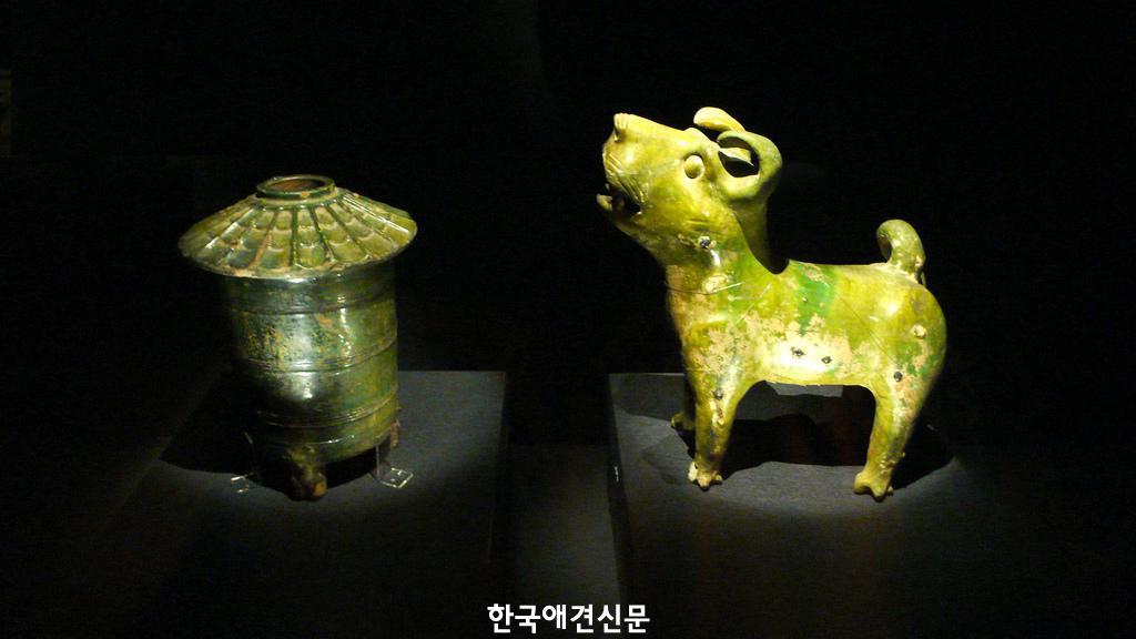 고대 중국의 개 모양 도자기-비상업적 용도로 재사용가능.jpg