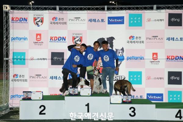 [크기변환]일반부 프리스타일 수상자(왼쪽부터) 이버금씨-토토 팀(2위), 히라이 코스케 씨-그리디 팀(1위), 조은재 씨-킹 팀(3위).JPG